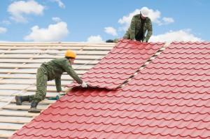 работници извършват ремонт на покрив